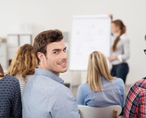 Mann in einer Schulung mit Kollegen